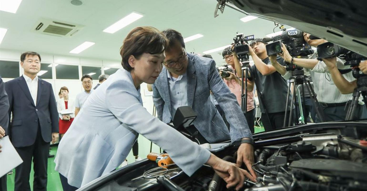 Engine Fires Prompt Bmw Recall In South Korea Wardsauto 3 0 Problems Transport Minister Kim Studies Vehicle Inspection Process At Transportation Authority Safety Agency Lab