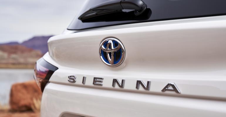 2021_Toyota_Sienna_Limited_logo closeup.jpg