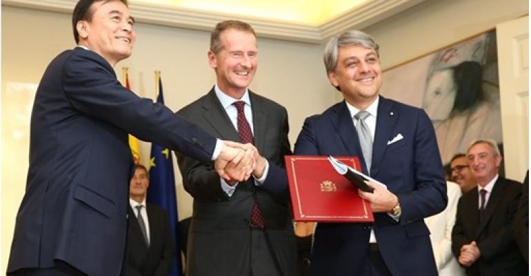 JAC President Jin, VW Chairman Diess and SEAT President de Meo ink China EV-development deal.