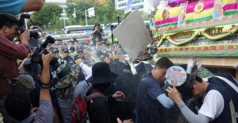 Hyundai workers clash with police during 2013 walkout