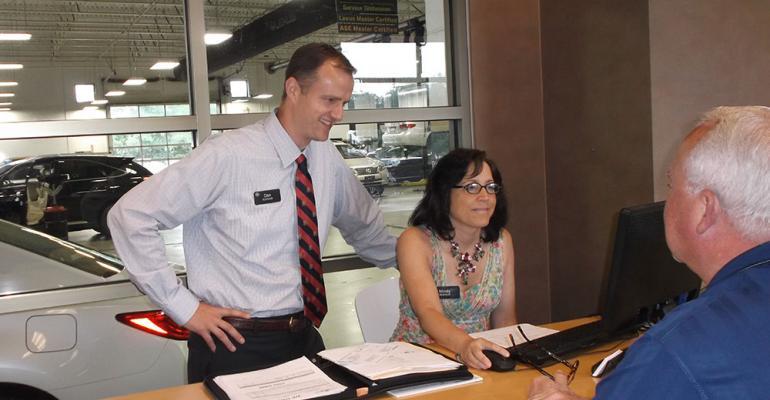 Kommeth with vehicleexchange coordinator Mindy McKitrick and servicedepartment customer